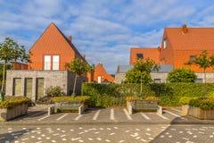 Moderna hus med conspicious rött kritiserar taktegelplattor Arkivbilder