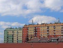 moderna hyreshusar Arkitektur av den sena sovjetiska perioden Färgrik arkitektur av den moderna staden Boningshuset I Arkivfoton
