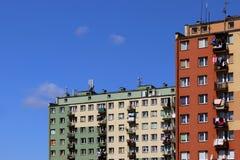 moderna hyreshusar Arkitektur av den sena sovjetiska perioden Färgrik arkitektur av den moderna staden Boningshuset I Royaltyfria Bilder