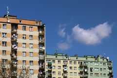 moderna hyreshusar Arkitektur av den sena sovjetiska perioden Färgrik arkitektur av den moderna staden Boningshuset I Arkivbild