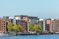 Moderna hyreshusar i Amsterdam Royaltyfri Fotografi