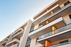 Moderna hyreshusyttersidor Fasad av en modern hyreshus Arkivfoton
