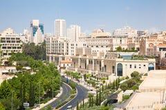 Moderna Jerusalem inkvarterar nära gammalt stadsområde. Arkivbilder
