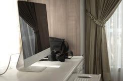 Moderna kameror på trätabellen, closeup Arkivbilder