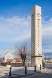 Moderna klockatorn och Fatih Camii, Izmir, Turkiet Arkivfoton