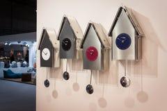 Moderna klockpendelklockor på skärm på HOMI, internationell show för hem i Milan, Italien Fotografering för Bildbyråer
