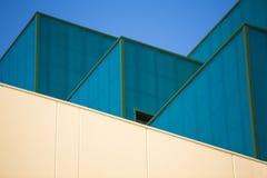 Moderna kontorsbyggnader. Färgrika byggnader i ett industriellt ställe. Blåa och gula fönster. Arkivbild
