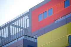 Moderna kontorsbyggnader. Färgrika byggnader i ett industriellt ställe. Röda och gula fönster. Royaltyfria Foton