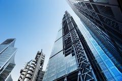 Moderna kontorsbyggnader från sikt för låg vinkel Royaltyfri Fotografi