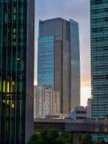 Moderna kontorsbyggnader i Tokyo Roppongi - stor arkitektur - TOKYO, JAPAN - JUNI 17, 2018 Arkivbilder