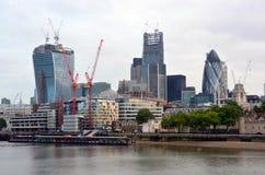 Moderna kontorsbyggnader inklusive ättiksgurkan på Themsen Rive Royaltyfri Fotografi