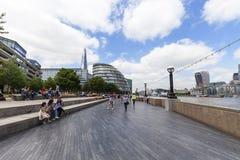 Moderna kontorsbyggnader med skärvan, Themsenboulevarder, London, Förenade kungariket Arkivbilder