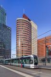Moderna kontorsbyggnader mot en blå himmel på Kop skåpbil Zuid, Rotterdam, Nederländerna royaltyfri fotografi