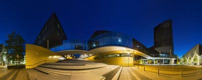 Moderna kontorsbyggnader på nattpanorama Arkivbild