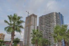 Moderna konturer av skyskrapor i staden Fasad av en modern hyreshus arkivbilder