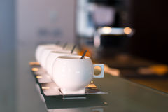 Moderna koppar för vitt porslin Fotografering för Bildbyråer