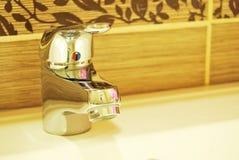moderna kopplingar för badrum arkivbilder