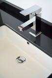 moderna kopplingar för badrum arkivbild