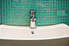 moderna kopplingar för badrum Rengöra torka arkivfoto