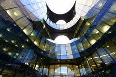 Moderna krökta arkitektoniska linjer av affärsområdet i London Royaltyfri Fotografi
