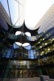 Moderna krökta arkitektoniska linjer av affärsområdet i London Royaltyfri Foto