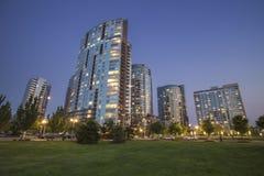 Moderna lägenheter i en stadsstadsområde i tidig natt arkivbild