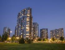 Moderna lägenheter i en stadsstadsområde i tidig natt royaltyfria foton
