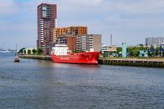 Moderna lägenheter med en härlig sikt på Rotterdam härbärgerar royaltyfri bild