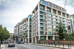 Moderna lägenhethus i området Hammersmith, London Arkivbilder