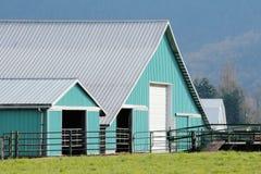 Moderna lantgårdbyggnader royaltyfria foton