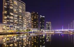 Moderna lägenheter i hamnkvarter, Melbourne på natten Arkivbild
