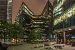 Moderna London kontorsbyggnader på natten Fotografering för Bildbyråer