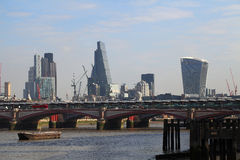 Moderna London med en sikt av Themsen Royaltyfri Fotografi