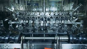 Moderna maskintvagningflaskor på alkoholfabriken lager videofilmer