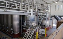 Moderna metallbehållare för vin på vinfabriken royaltyfri bild