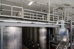 Moderna metallbehållare för vin på vinfabriken arkivfoto