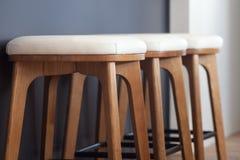 Moderna mjuka äta middag stolar tätt upp Stolar nära stången i köket Royaltyfri Foto