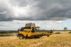 Moderna nya skördar för Holland skördetröskaklipp Royaltyfria Bilder