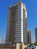 Moderna nya utövande lägenhetbyggnader med djupblå summe Arkivbild
