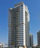 Moderna nya utövande lägenhetbyggnader med djupblå summe Arkivfoton