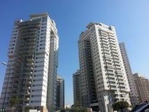 Moderna nya utövande lägenhetbyggnader med djupblå summe Fotografering för Bildbyråer