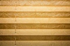 Moderna och bruna plisserade rullgardiner, textur med skuggor Royaltyfria Foton