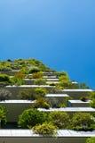 Moderna och ecologic skyskrapor med många träd på varje balkong Arkivfoton