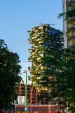 Moderna och ecologic skyskrapor med många träd på varje balkong Bosco Verticale Milan, Italien 05 05,2017 Royaltyfria Foton