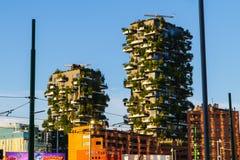 Moderna och ecologic skyskrapor med träd på varje balkong Bosco Verticale Milan, Italien 05 05,2017 Arkivfoton