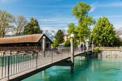 Moderna och gamla broar över floden Aare i staden Thun, Swi Royaltyfri Bild