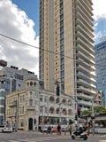 Moderna och gamla renoverade byggnader i eklektisk stil i Tel Aviv, Israel arkivbilder