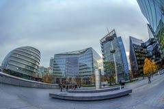 Moderna och spektakulära kontorsbyggnader på mer London flodstrand arkivfoton
