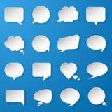 Moderna pappers- anförandebubblor ställde in på blå bakgrund för rengöringsduken, bann Royaltyfri Bild