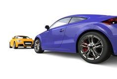 Moderna purpurfärgade och gula bilar på vit bakgrund Arkivbilder